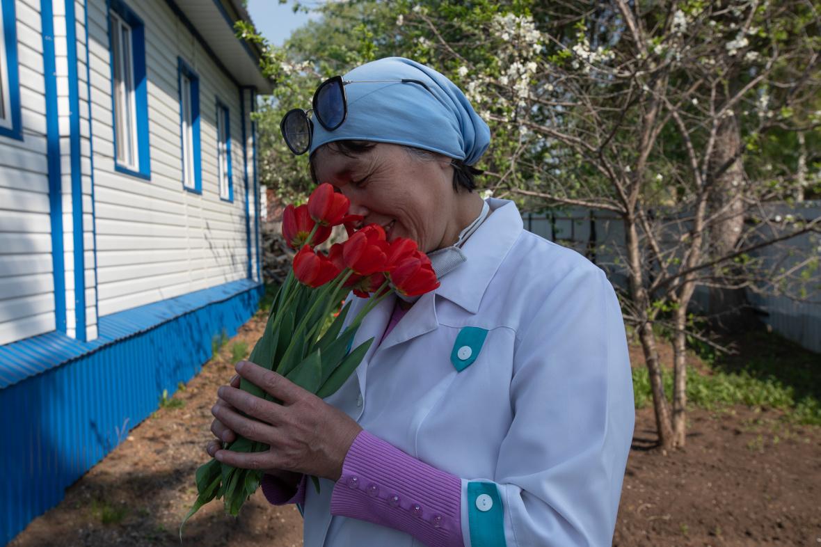 Gulgenas Arbeitstag endet mit einem Blumenstrauß von Patienten / Foto © Natalja Madiljan