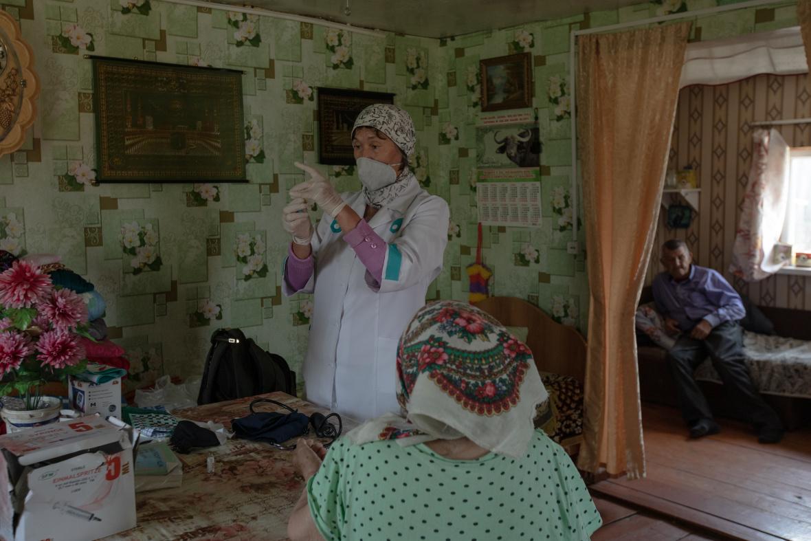 Gulgena auf Hausbesuch bei einem alten Ehepaar / Foto © Natalja Madiljan