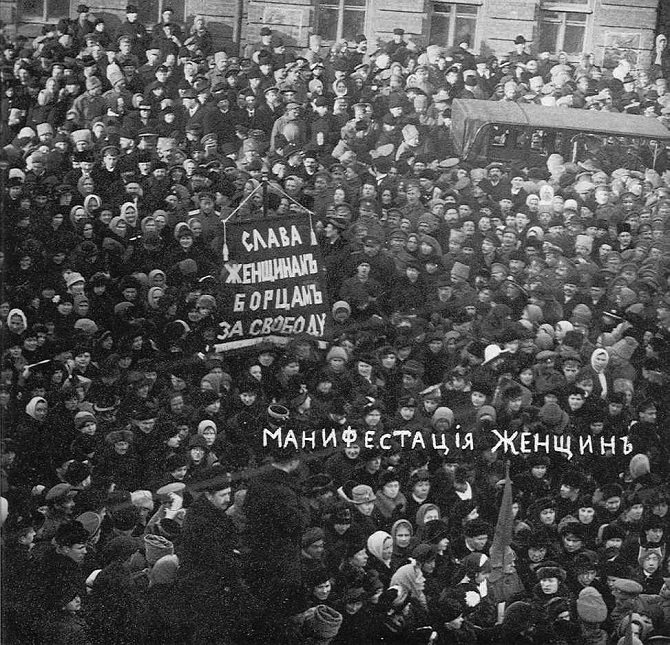 In Petrograd markiert eine Demonstration zum Internationalen Frauentag den Auftakt zur Februarrevolution