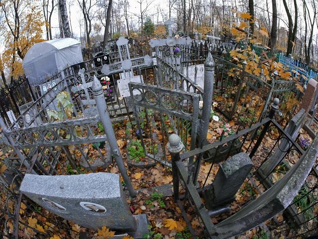 """""""Nirgendwo sonst auf der Welt habe ich gesehen, dass Zäune die Grabmale überragen."""" / Foto © Wassili Schaposchnikow/Kommersant"""