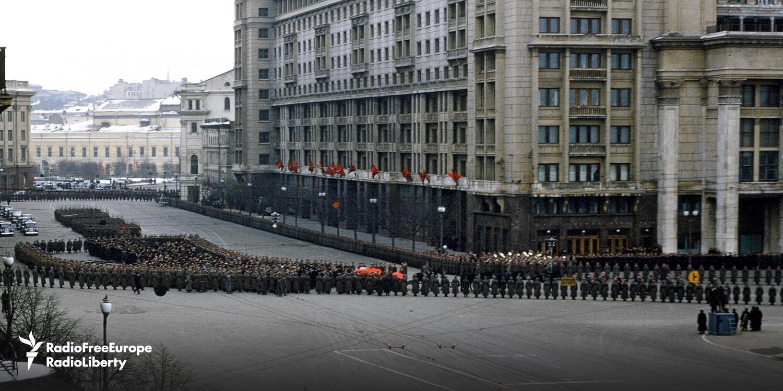 Unzählige verfolgten das letzte Geleit Stalins und erhofften sich neue Orientierung von den Grabreden / Foto © Manhoff Archives