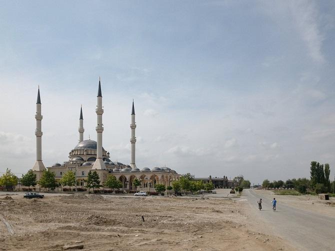 Im Bau befindliche Moschee in Kurtschaloi, dem Heimatort Titijews / Foto © Dmitry Markov für Meduza