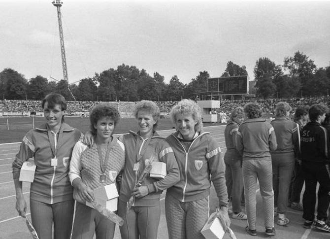 Мировой рекорд в эстафете 4×100 метров – (слева направо) Бербель Вёкель, Марлис Гёр, Ингрид Ауэервальд и Инес Шмидт [Гайпель]. Йена, 2 июня 1984 года  © Вольфганг Клуге/Федеральный архив Германии