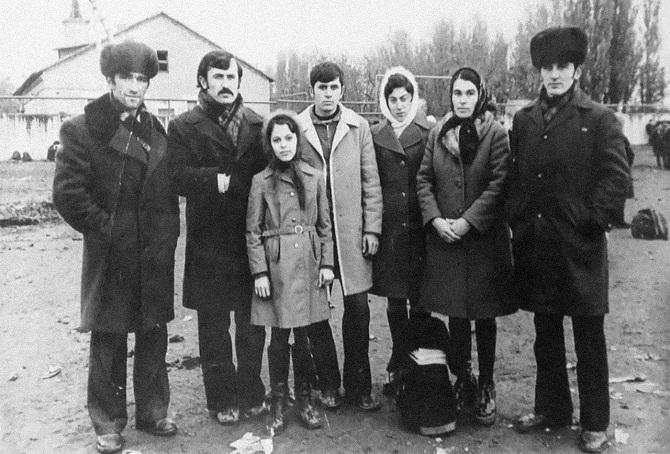 Ojub Titijew (in der Mitte) mit seiner Familie / Foto © Privatarchiv der Familie Titijew
