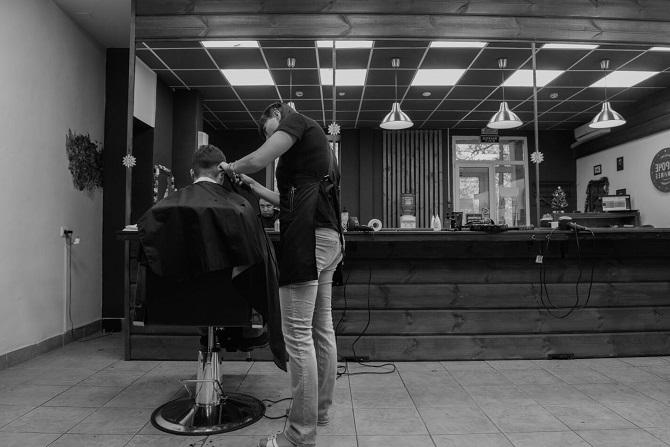 """""""Als ich noch im Körper einer Frau war, konnte ich keinen Haarschnitt in einem Barbershop bekommen – man wollte mich nicht bedienen, unter Verweis auf die Geschäftspolitik."""" / Foto © Stanislaw Dolshnizki"""