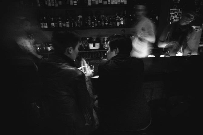 Jan und Dascha in einer Bar in Sankt Petersburg, Frühling 2016 / Foto © Stanislaw Dolshnizki