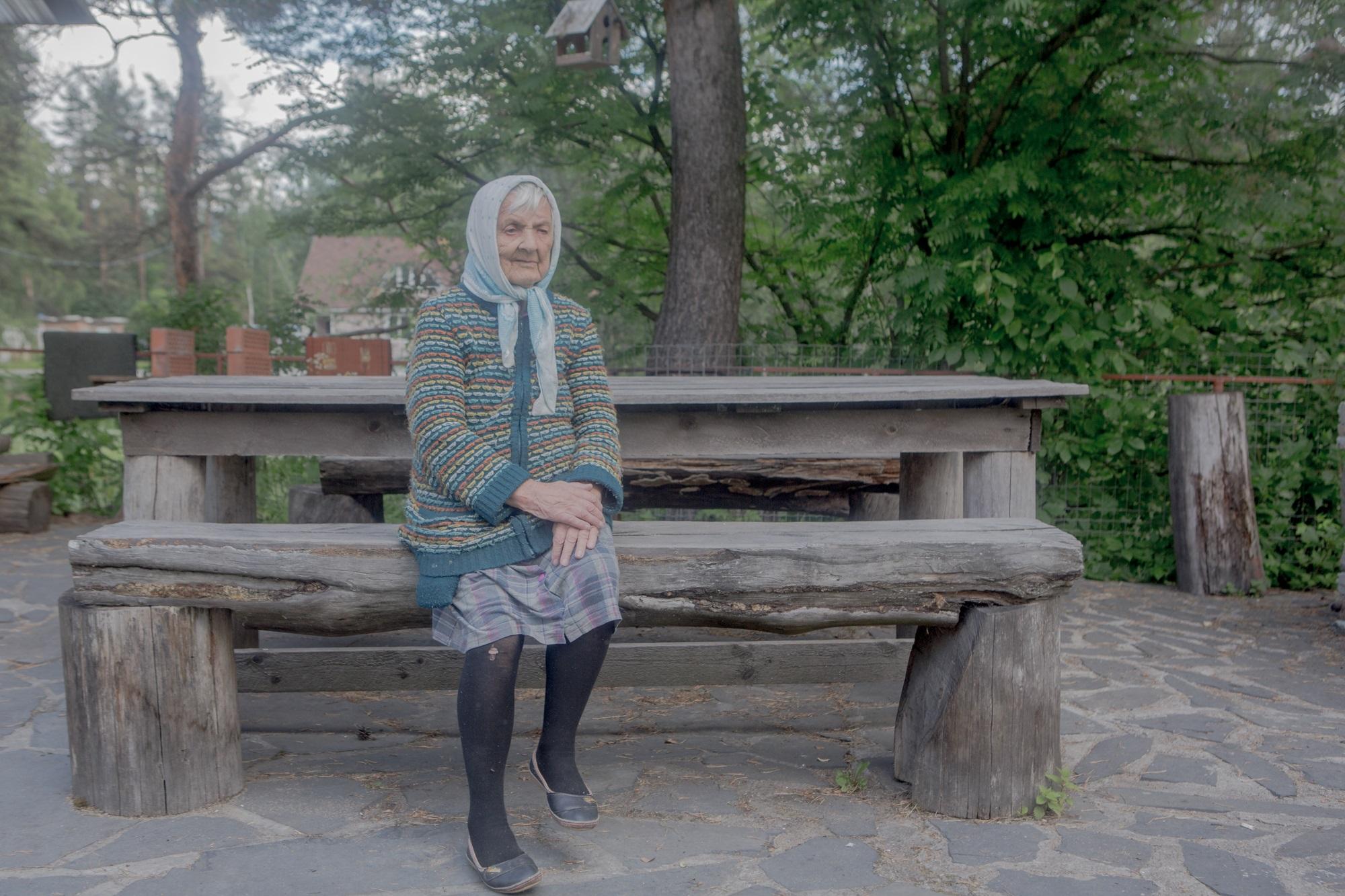 """Taissija Fjodorowna auf dem Gelände des Hotels """"Medweshonok"""" (dt. """"Bärchen"""") in Medweshjegorsk / Foto © Anna Ivantsova"""