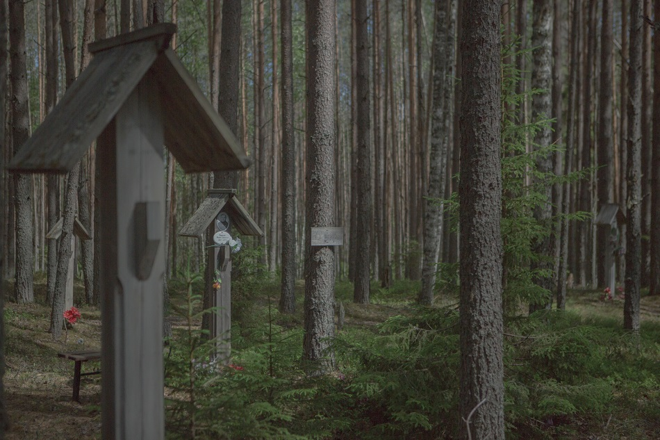 Die Hinterbliebenen der Opfer personalisieren Baumstämme, Pfähle und Erdstücke als persönliche Grabstätten / Foto © Anna Ivantsova