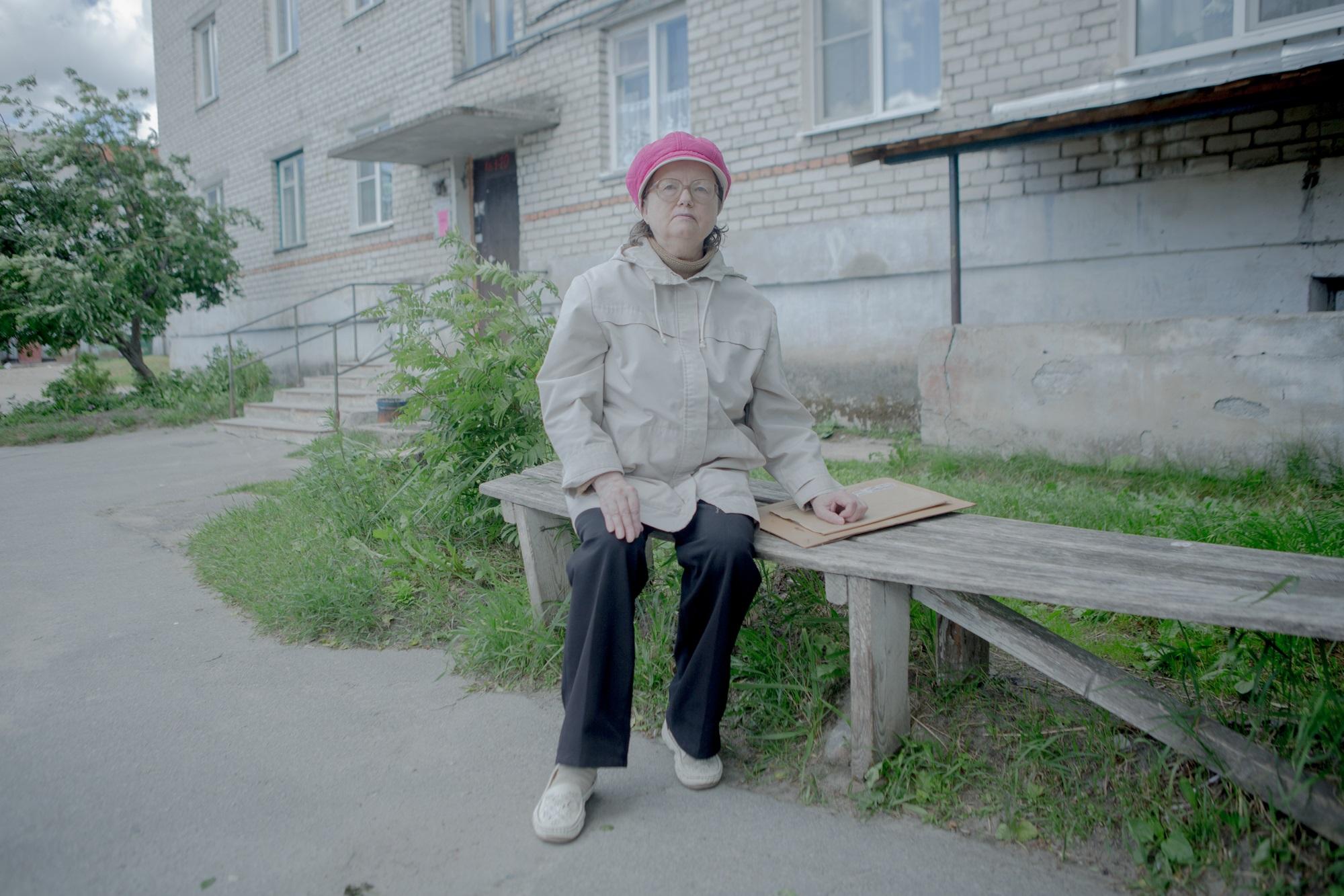 Alexandra Alexejewna auf der Bank im Hof ihres Hauses in Pinduschi / Foto © Anna Ivantsova
