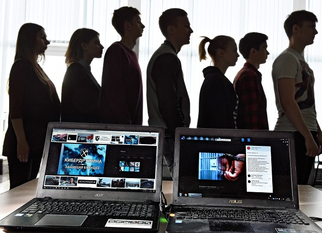 Manche sind IT-Studenten, aber auch ein angehender Sportler ist dabei – Cyberwehr-Aktivisten in Belgorod / Foto © Dimitri Lebedew/Kommersant