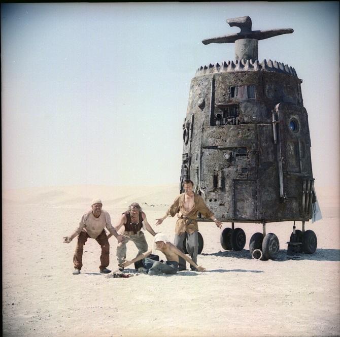 Zwei Sowjetbürger landen inmitten einer Wüstenlandschaft und stolpern von einer verstörenden Begegnung zur nächsten / Fotos © Mosfilm