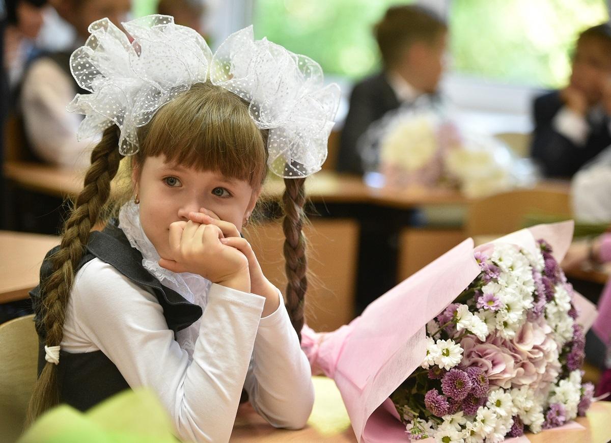 Haarschleifen gehören wie die Blumen für die Lehrerinnen noch heute zu den Bildern des 1.September / Foto© Pjotr Kassin/Kommersant