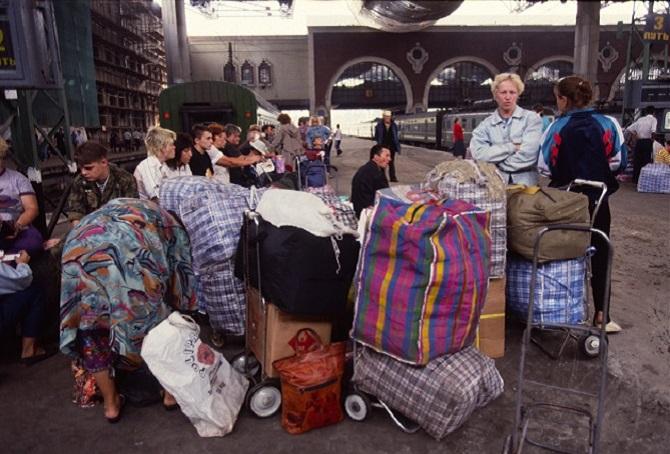 Die typisch rot-weiß-blau-karierten Taschen – mit ihnen drangen Gerüche in den Korridor, nach Frost, Markt, Waschpulver / Foto © Kommersant, 1996