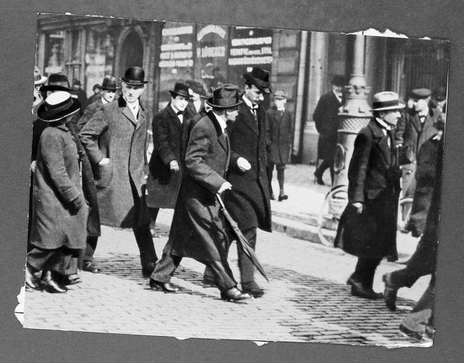 Die Revolutionäre bei einem längeren Zwischenstop in Stockholm – in der Bildmitte mit Schirm – Lenin / Foto © Kommersant Archiv