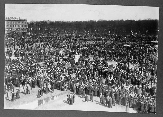 """""""Viele Probleme wurden unnötig politisiert."""" Demonstration auf dem Marsfeld, nach der Abdankung des Zaren"""