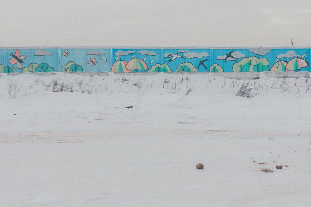 Zaun vor dem Tagebau in Kisseljowsk – hier ist alles in diesen besonderen Smog eingehüllt, der aus den Schloten der Kraftwerke, Kohlekessel und Fabriken aufsteigt / Foto © Wladimir Awerin/Takie Dela