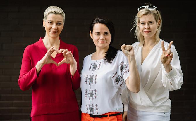 Swetlana Tichanowskaja (Mitte) ist die einzige verbliebene unabhängige Kandidatin / © Pressestelle Viktor Babariko