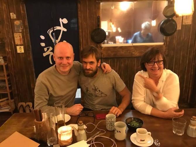 Treffen in einer Berliner Kneipe – Iwan Kolpakow, Pjotr Wersilow und Meduza-Herausgeberin Galina Timtschenko / Foto: privat