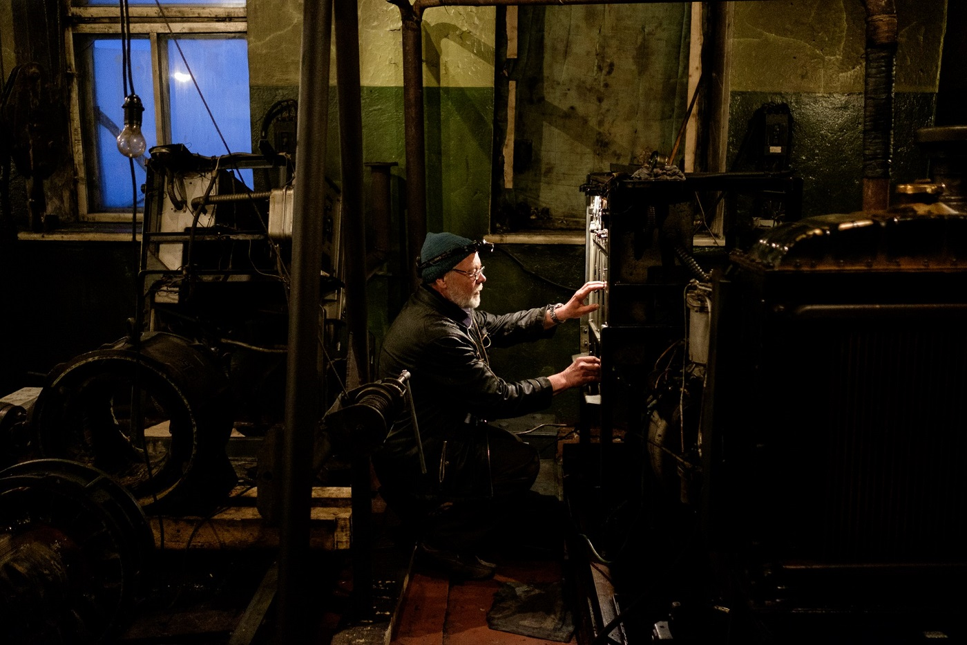 Der Leuchtturmwärter prüft den Dieselgenerator - der speist das Leuchtfeuer