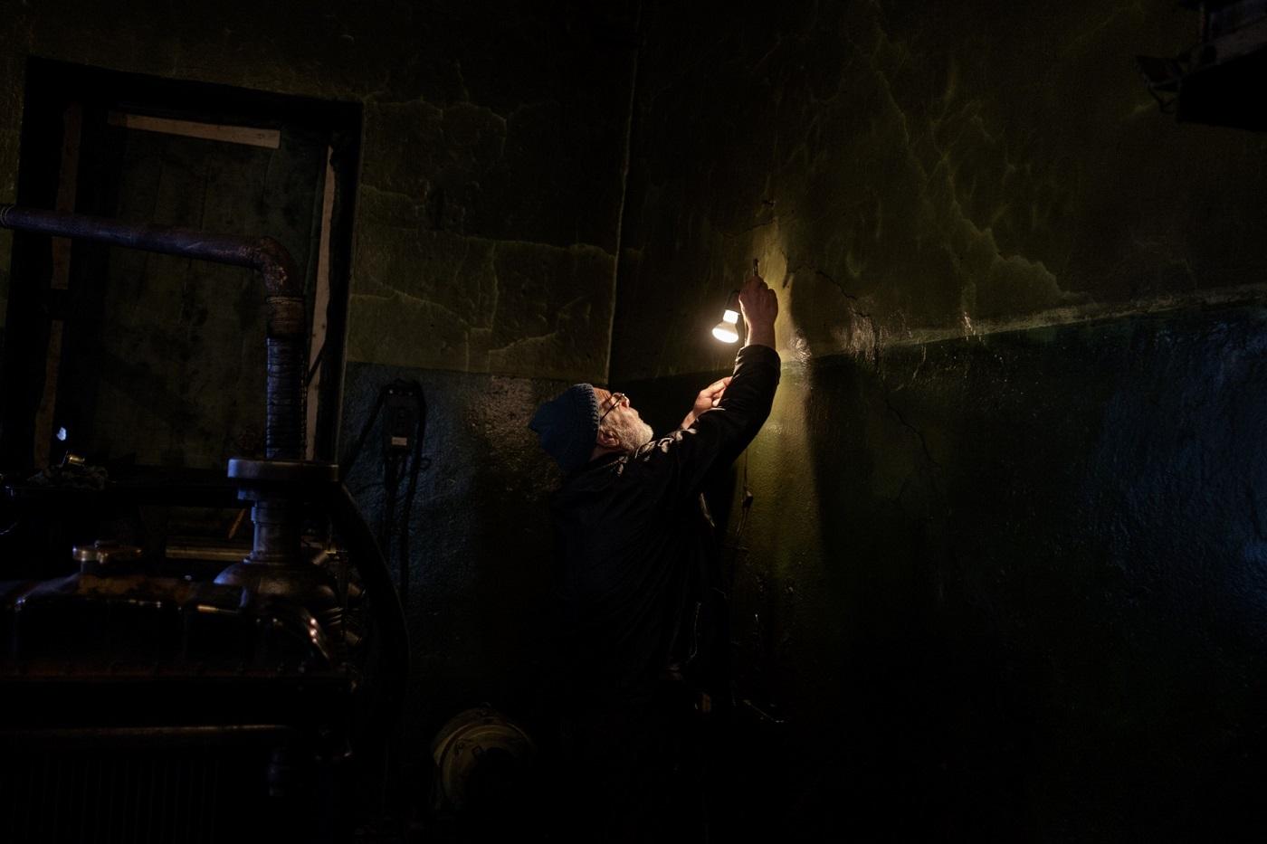 Nikolaj prüft die neue Glühbirne beim Dieselgenerator  – da leuchtet der Leuchtturm gleich heller!