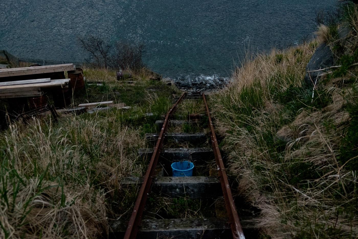 Um Lasten vom Ufer hinaufzuziehen, gibt es Schienen, einen Miniwaggon und einen Flaschenzug