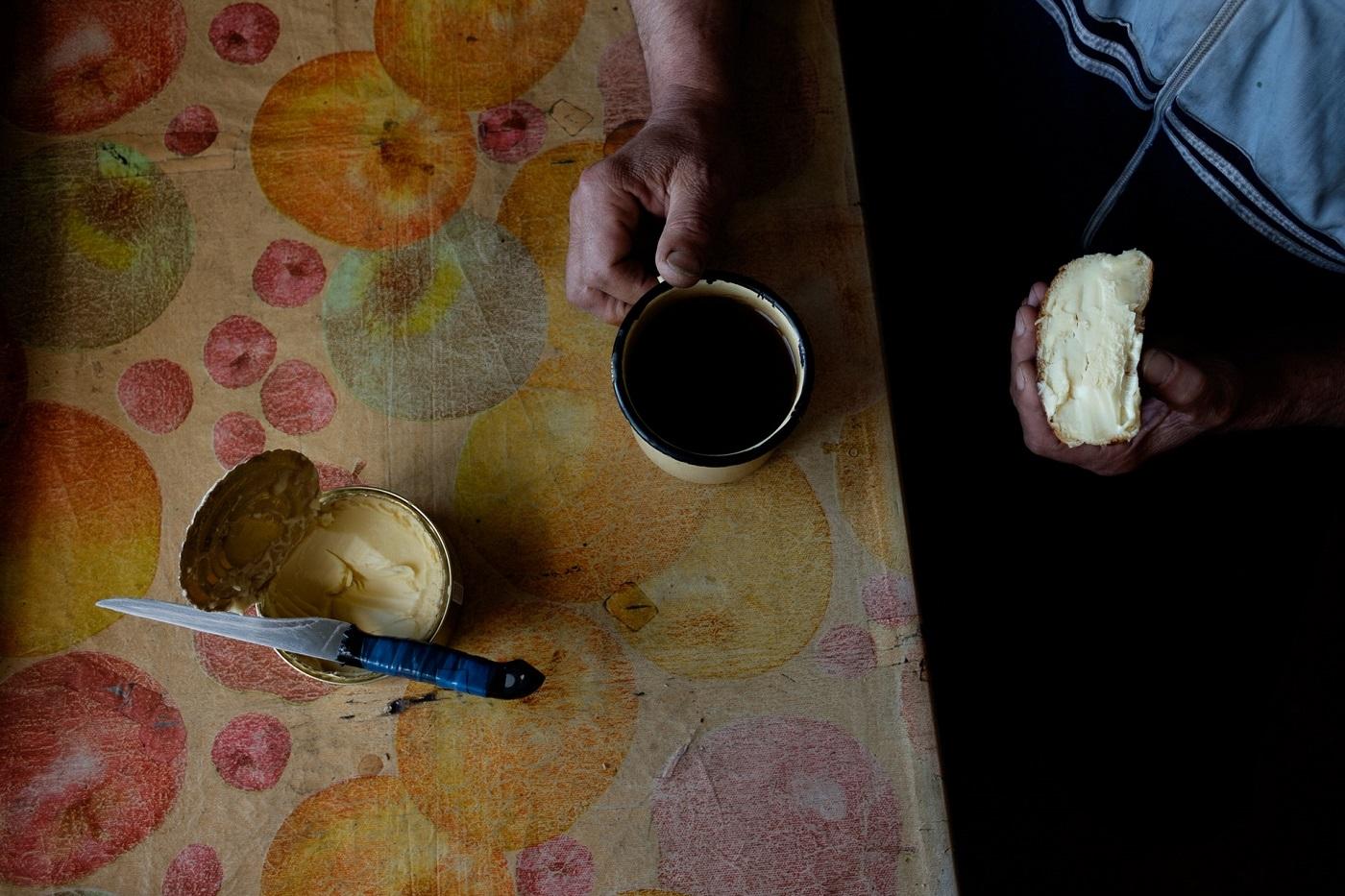 Stillleben mit Tee und Butterbrot