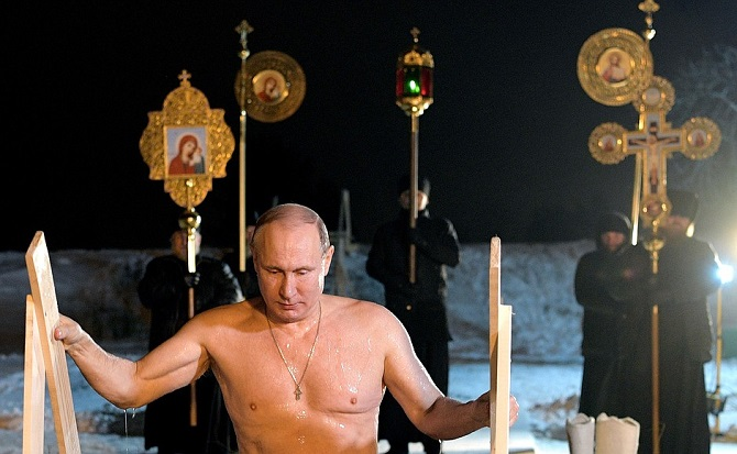 Eisbaden am Tag des Epiphanias-Festes – Wladimir Putin pflegt diese Tradition 2018 am Ufer des Seligersees / Foto © kremlin.ru