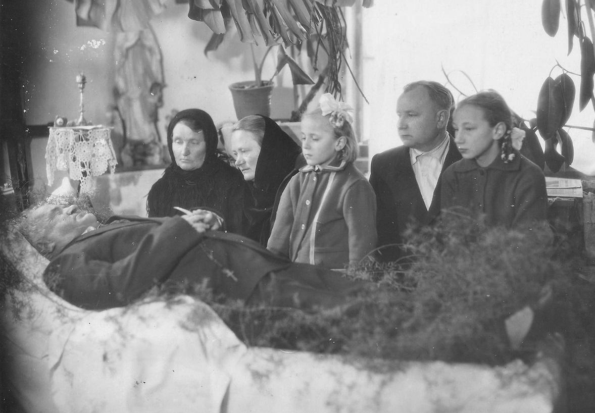 1964, Lushki, Rajon Sharkawshchyna, Oblast Vitebsk. Beerdigung von Uladzislaŭ Akušk. Aus dem Archiv von Iryna Skakoŭskaja