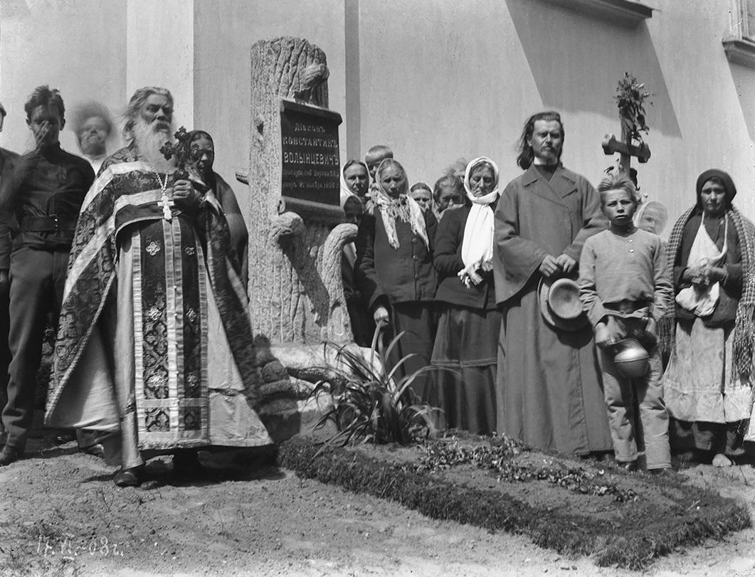 1908, Vialikaja Bierastavica, Oblast Hrodna. Paviel Valyncevič am Grab seines Vaters. Aus dem Archiv von Dzmitry Siarebranikaŭ