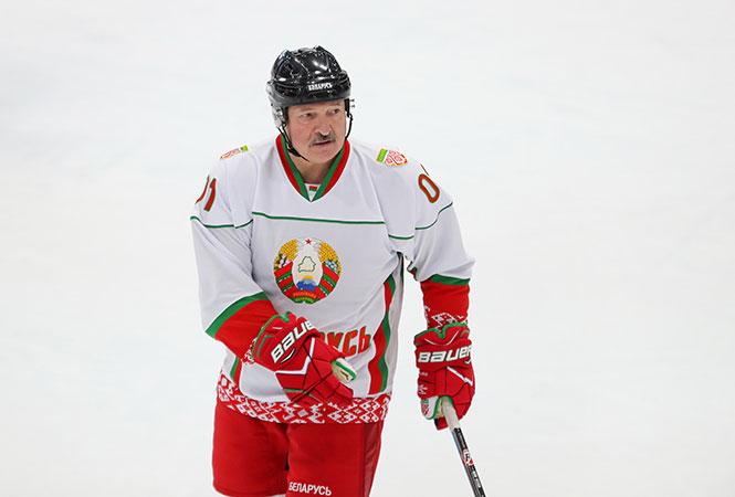 """""""Sehen Sie hier Viren? Hier gibt es keine Viren."""" Alexander Lukaschenko beim Eishockeyspiel am 4. April 2020 / Foto © president.gov.by"""