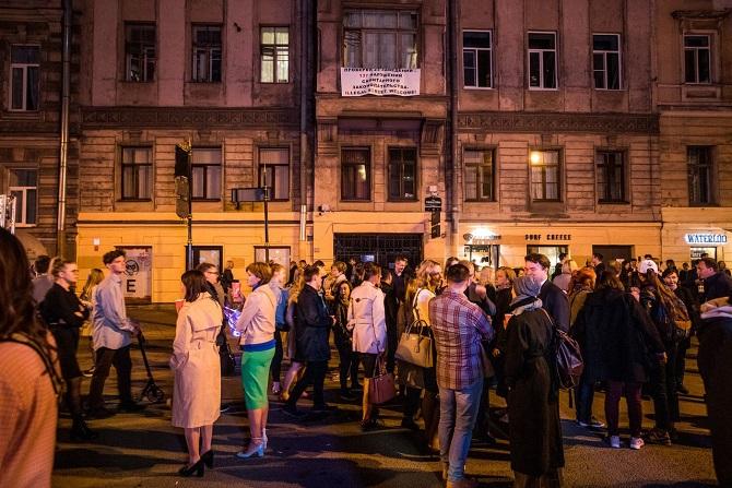 Dank Konowalow schenken gewisse Bars und Restaurants Alkohol ohne Lizenz aus (im Hintergrund ein Protestplakat von Anwohnern) / Foto © Daniel Frenkel/Meduza