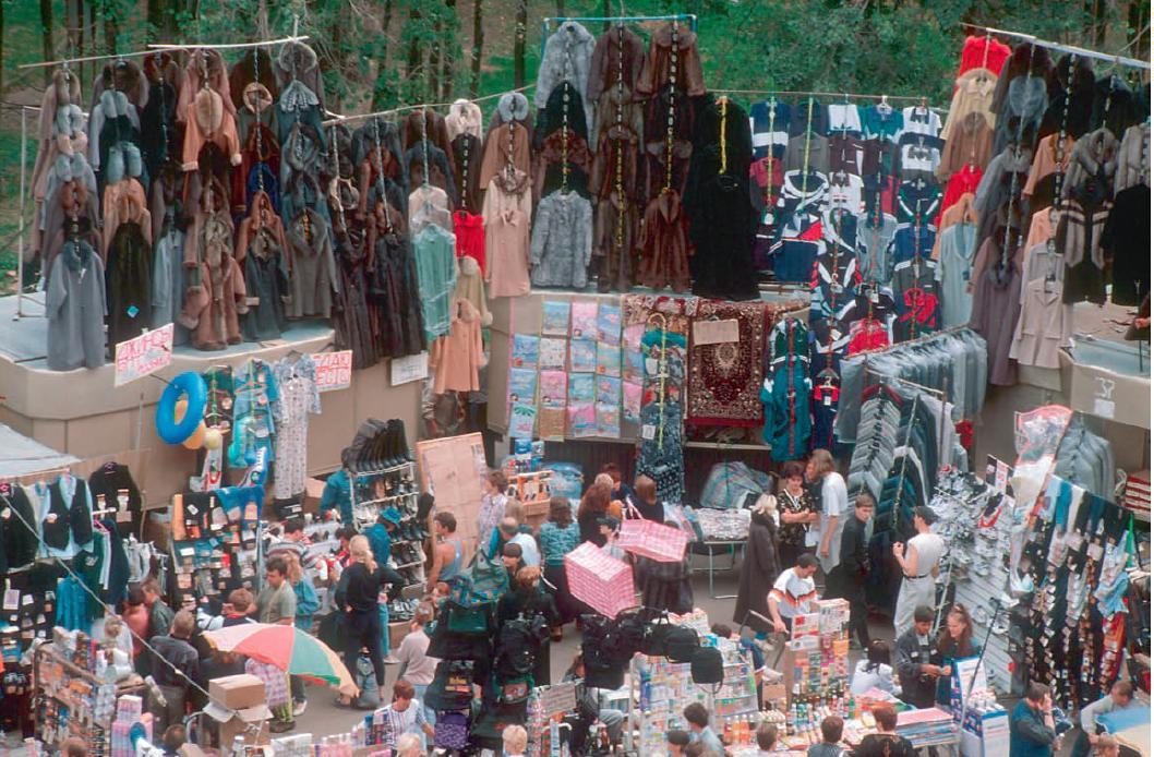 """""""Für den anderthalb-Mann-hohen Marktstand in Lusha benutzten wir damals das Modewort 'Jammer'. So hieß auch die beliebteste Damen-Lederjacke."""" / Foto © altyn41/livejournal, 1996"""