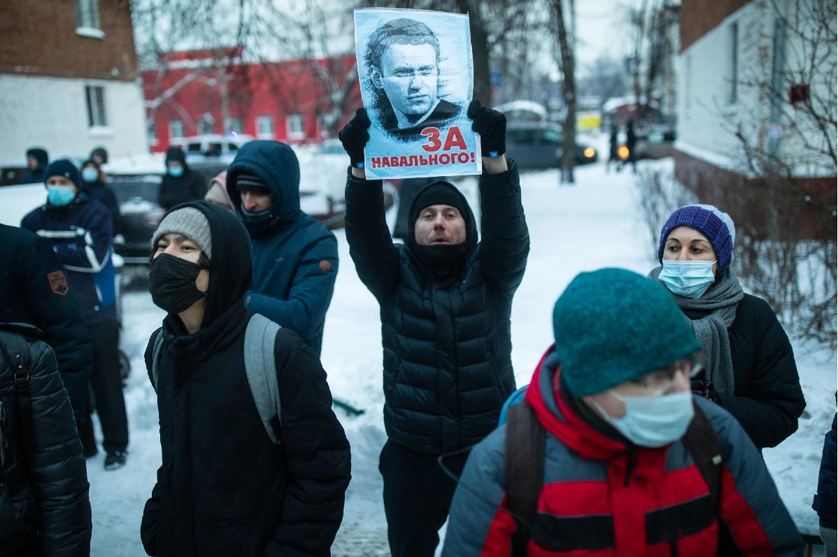 """Die Gerichtsverhandlung wird immer wieder übertönt durch """"Lasst ihn frei""""-Rufe von draußen / Foto © Dawid Frenkel/Mediazona"""