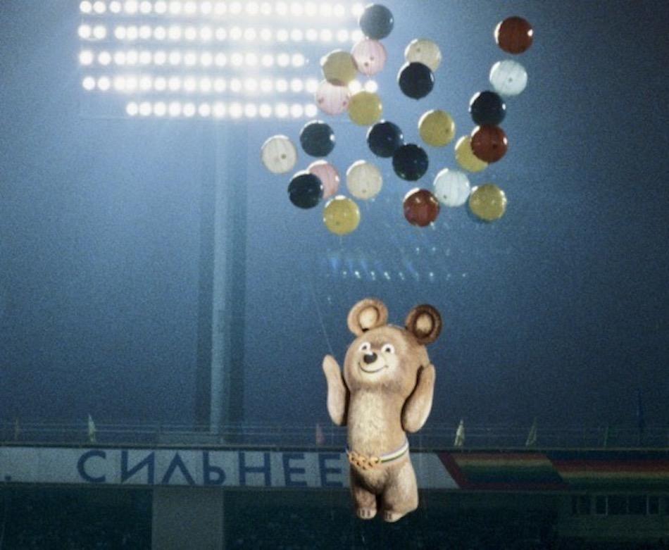 Olympia-Maskottchen Mischa entschwebt in den Moskauer Abendhimmel – Schlusspunkt unter einem Spektakel, das die Hauptstadt der Sowjetunion in den Blickpunkt der internationalen Sportöffentlichkeit rückte. Foto: Sergey Guneev / Sputnik