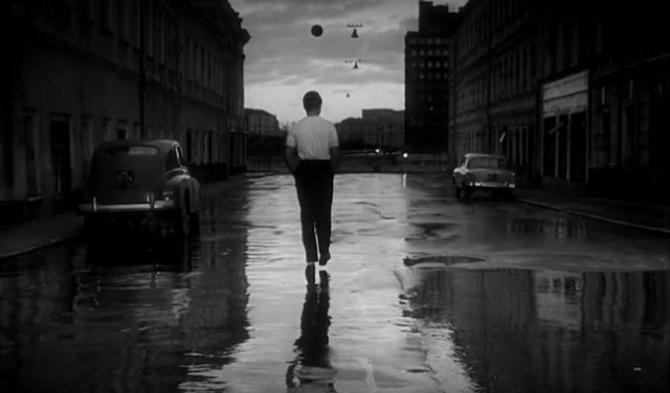Eine bewegliche Kamera folgt den Protagonisten auf ihrem Weg durch die Straßen Moskaus
