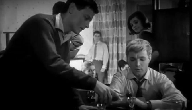 Als Partypublikum fungiert das spätere Who-is-who der sowjetischen Filmszene – auch der junge Andrej Tarkowski (links) ist dabei