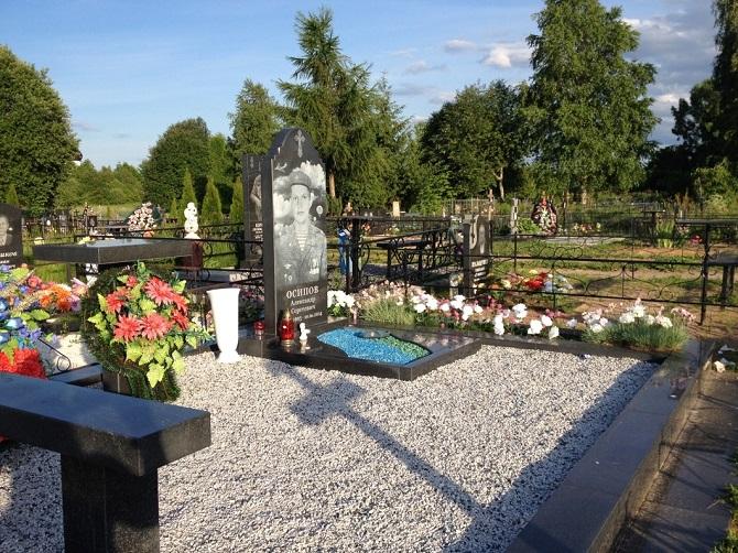 Auf den Gräbern stehen keine namenlose Kreuze mehr, sondern Grabsteine aus Granit / Foto © Irina Tumakowa/Novaya Gazeta
