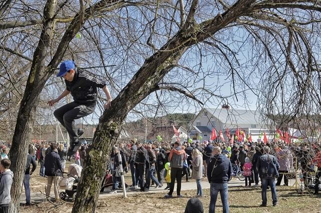 Um die 5000 Menschen haben sich versammelt, überall schimmern bunte Flaggen, Luftballons und Plakate