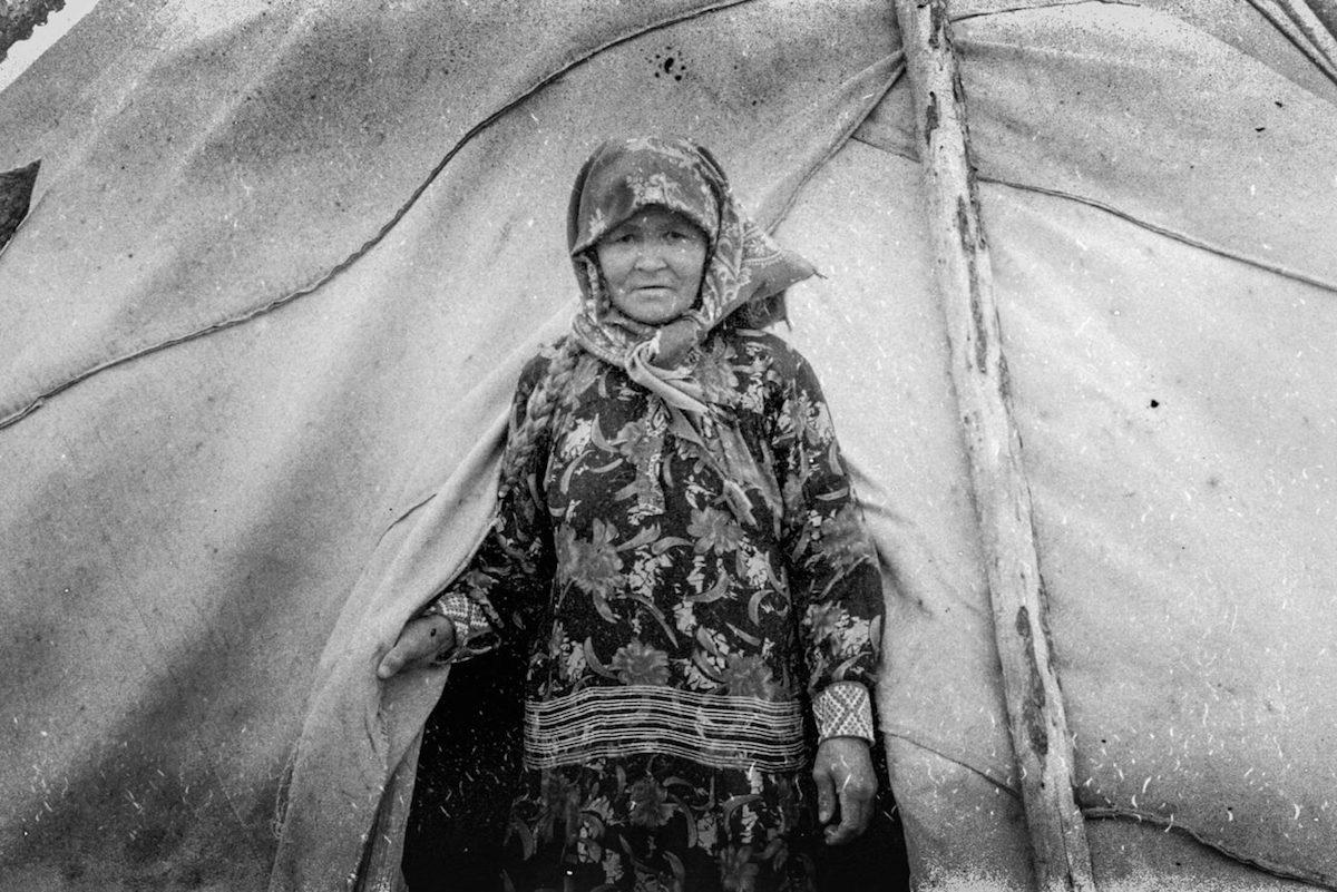 Swetlana Stanislawowna Tewlina vor ihrem Tschum. Sommerweide der Tewlins, Jugra / Foto © Igor Tereschkow