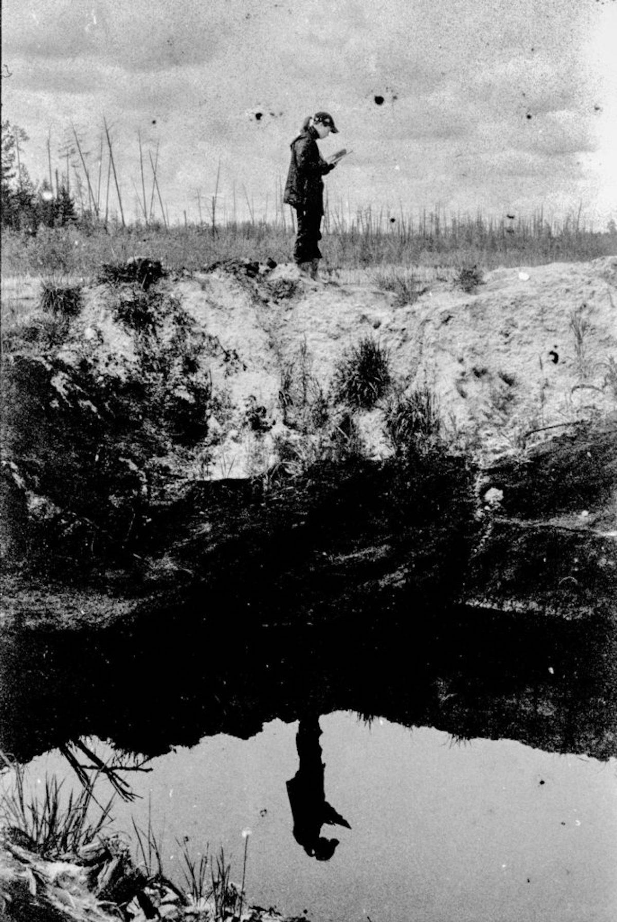 Eine Ökologin neben einer ölgefüllten Grube  / Foto © Igor Tereschkow
