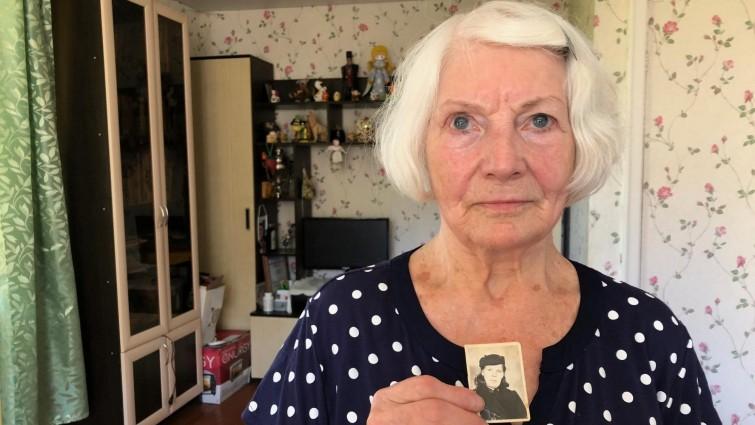 Лилия Дерябина с фотографией матери Антонины, сделанной через несколько месяцев после возвращения в Советский союз. Фото © Deutschlandfunk / Андреа Ремзмайер
