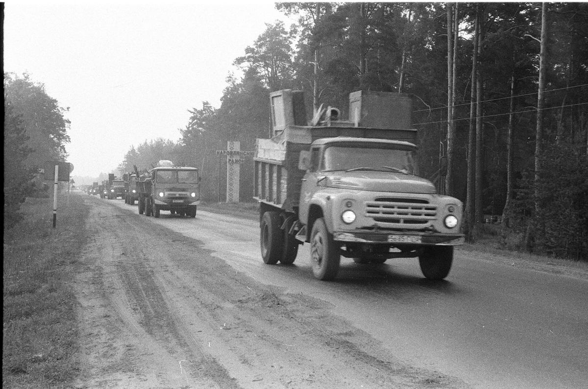 LKW bringen das Hab und Gut der Umsiedler aus der Gefahrenzone. Rajon Narowlja, Sommer 1986 / Foto © Sergej Plytkewitsch (Privatsammlung)