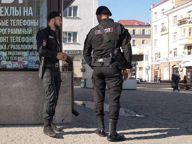 Die Polizisten haben modische Uniformen, die an die NATO erinnern, und alle tragen die gleichen Seemannsbärte / Foto © Dmitry Markov für Meduza