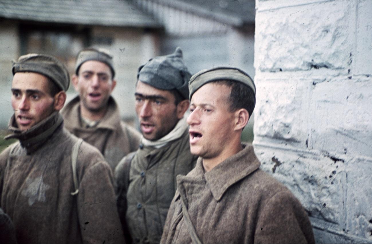 Jüdische Rotarmisten in deutscher Gefangenschaft, 1942 (Farbfoto) / Foto © PIXPAST.com