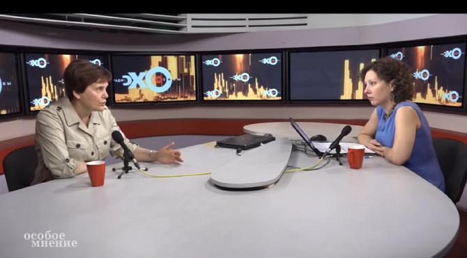 """Irina Prochorowa (links) spricht im Interview mit Olga Shurawljowa (rechts) über das Russland jenseits glänzender WM-Fassaden / Foto © Screenshot aus der Sendung """"Ossoboje Mnenije"""" vom 18. Juni 2018"""