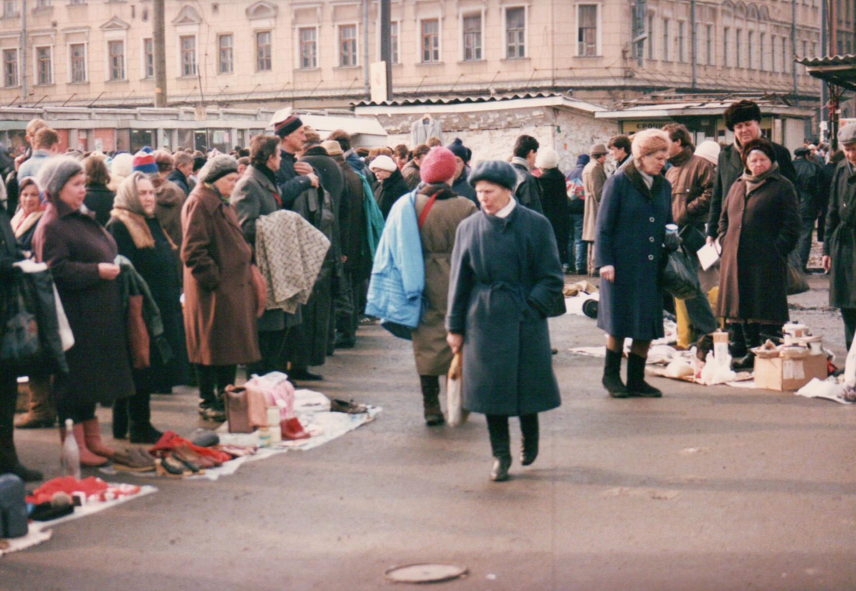 Mit dem Verkauf von Hab und Gut die kärgliche Rente aufstocken – für viele Alltag / Foto © Brian Kelley/flickr.com, 1992
