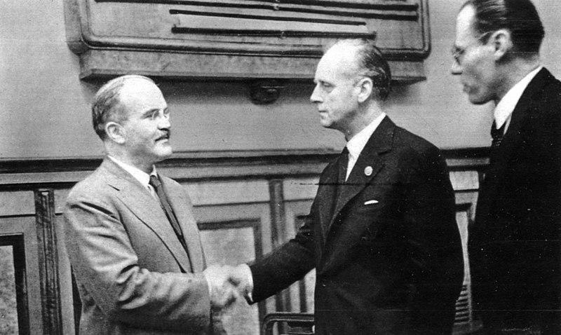 Nach elfstündiger Verhandlung unterzeichneten Wjatscheslwaw Molotow (links) und Joachim von Ribbentrop (Mitte) im August 1939 den Hitler-Stalin-Pakt / Foto © gemeinfrei