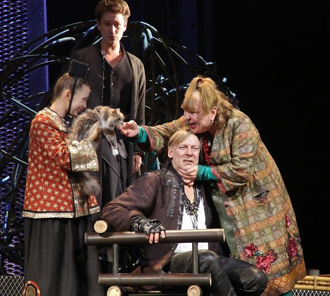 "Szene aus Sacharows Inszenierung des Sorokin-Romans am Moskauer ""Lenkom""-Theater /  Foto © Michail Guterman/Kommersant"