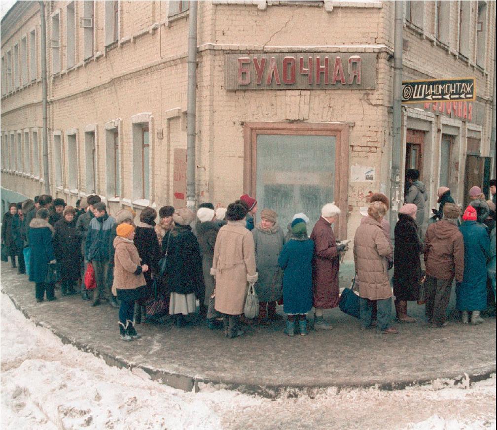 Schlange vor einer Bäckerei, nach Schwarzbrot und Weißbrot / Foto © altyn41/livejournal, 1992