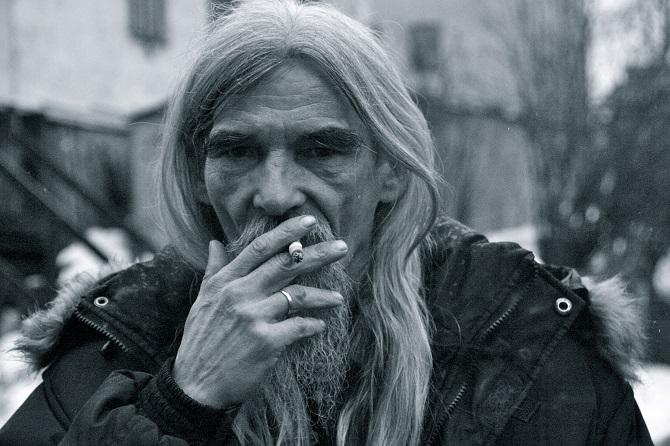 """""""Dmitrijew kann man mit Worten schwer beschreiben, er flucht ohne Ende Mat und raucht Belomor."""" / Foto © Sofija Pankewitsch"""